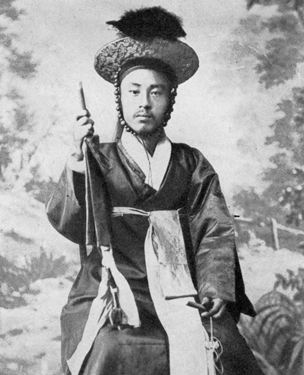 Monochromatic photograph of Korean officer of the Old Army, e-Asia Digital Library